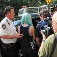 L'ex-actrice Amanda Bynes à la sortie du tribunal de New York, en perruque bleue, le 9 juillet 2013
