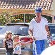 Jerry O'Connell a offert à ses jumelles Charlie et Dolly une virée dans une grande chaîne de fast-food à Los Angeles, le 24 juillet 2013.