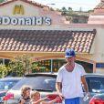 Jerry O'Connell et ses filles Charlie et Dolly après une virée dans une grande chaîne de fast-food, le 24 juillet 2013.