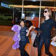 Brad Pitt et Angelina Jolie arrivant à l'aéroport de Tokyo-Haneda avec trois de leurs enfants, le 28 Juillet 2013. Sur la photo : Angelina tient dans sa main Pax et Vivienne
