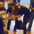 Brad Pitt et Angelina Jolie arrivant à l'aéroport de Tokyo-Haneda avec trois de leurs enfants, le 28 Juillet 2013. Angelina signe quelques autographes avec enthousiasme