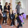 Brad Pitt et Angelina Jolie arrivant à l'aéroport de Tokyo-Haneda avec trois de leurs enfants, le 28 Juillet 2013. Sur la photo : Knox semble fasciné par la foule