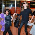 Brad Pitt et Angelina Jolie arrivant à l'aéroport de Tokyo-Haneda avec trois de leurs enfants (Pax, Knox et Vivienne), le 28 Juillet 2013. Angie tient dans ses mains Pax et Vivienne