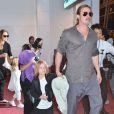 Brad Pitt et Angelina Jolie arrivant à l'aéroport de Tokyo-Haneda avec trois de leurs enfants (Pax, Knox et Vivienne), le 28 Juillet 2013. Brad Pitt est devant son fils Knox