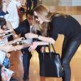 Brad Pitt et Angelina Jolie arrivant à l'aéroport de Tokyo-Haneda avec trois de leurs enfants, le 28 Juillet 2013. Sur la photo, la belle Angie signe quelques autographes à la foule enthousiaste