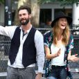 Adam Levine et Behati Prinsloo, détendus sur le tournage de Can a Song Save Your Life? à New York. Le 28 juillet 2013.