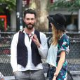 Adam Levine reçoit la visite de sa fiancée Behati Prinsloo sur le tournage de Can a Song Save Your Life?, dans le Lower East Side à Manhattan. New York, le 28 juillet 2013.
