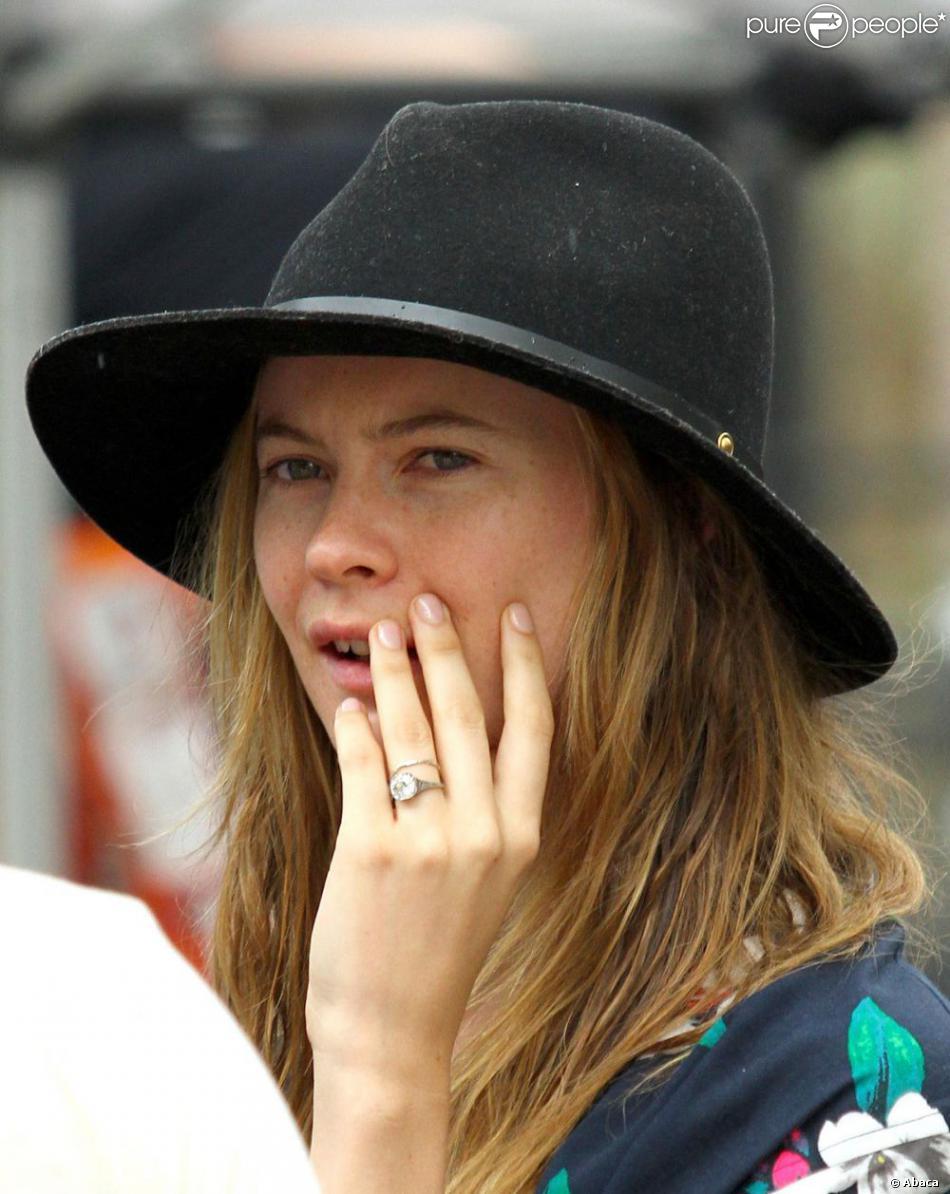 ... porte sa bague de fiançailles à New York, le 28 juillet 2013