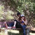 Phoebe Price et Ojani Noa passent du bon temps en amoureux dans un parc de Los Angeles le 29 juillet 2013