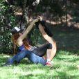 Pas vraiment pudiques, Phoebe Price et Ojani Noa passent du bon temps dans un parc de Los Angeles le 29 juillet 2013