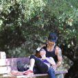 Phoebe Price et Ojani Noa passent du bon temps dans un parc de Los Angeles le 29 juillet 2013