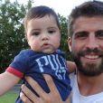 Le footballeur Gerard Piqué et son fils Milan, sur une photo publiée par Shakira, le 27 juillet 2013.