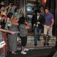 Daniel Radcliffe et ses fans à la sortie d'un théâtre à Londres, le 3 août 2013.