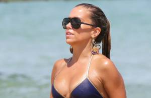 Sylvie Van Der Vaart : Sirène sexy et célibataire sur une plage de Saint-Tropez