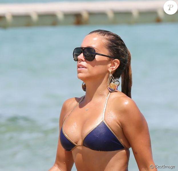 La splendide Sylvie Van der Vaart profite de son célibat en vacances avec une amie sur la plage de Pampelonne au Club 55, Saint-Tropez le 3 aout 2013.