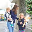 Violet est restée en pyjama - Jennifer Garner, son mari Ben Affleck et leurs trois adorables enfants, Violet, Seraphina, Samuel au Farmers Market à Los Angeles, le 4 août 2013