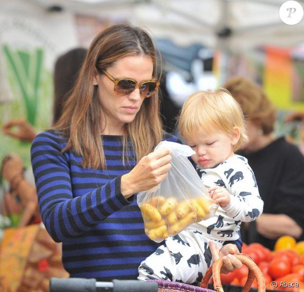 Samuel découvre les pommes de terre - Jennifer Garner, son mari Ben Affleck et leurs trois adorables enfants, Violet, Seraphina, Samuel au Farmers Market à Los Angeles, le 4 août 2013