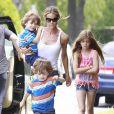 Exclusif - Denise Richards et sa fille Sam Sheen emmènent les jumeaux de Charlie Sheen et Brooke Mueller à leur école à Los Angeles, le 22 mai 2013.