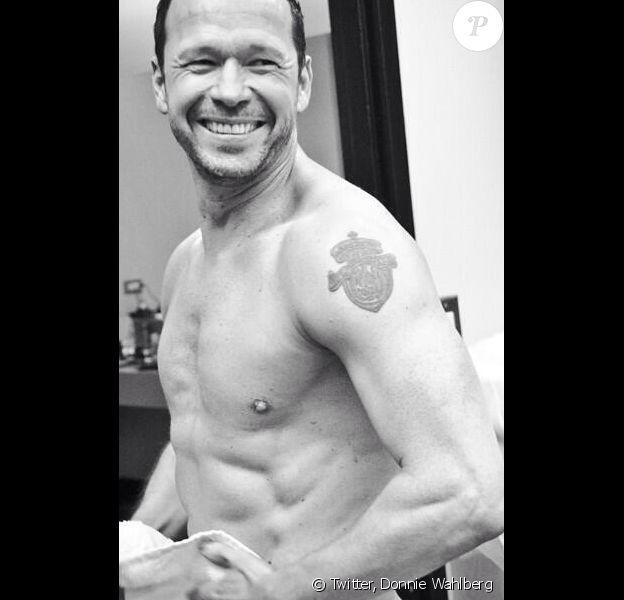 Donnie Wahlberg prend la pose à moitié nu dans sa salle de bain. Juillet 2013.