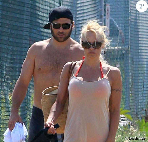Pamela Anderson promène ses chiens en compagnie de son ex-mari Rick Salomon à Los Angeles, le 5 juillet 2013.