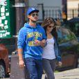 Exclusif - Taylor Lautner et Marie Avgeropoulos se baladent main dans la main à New York, le 3 août.