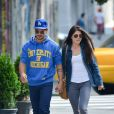 Exclusif - Taylor Lautner et sa petite amie Marie Avgeropoulos se baladent main dans la main à New York, le 3 août.