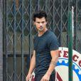 Exclusif - Taylor Lautner sur le tournage de son nouveau film Tracer, à New York. Le 19 juillet 2013.