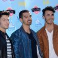 Le groupe Jonas Brothers prend la pose à la cérémonie des Teen Choice Awards, à Los Angeles, le 11 août 2013.