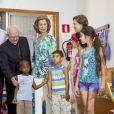 La reine Sofia visitant la Fondation Joana Barcelo, un site de l'association Caritas, le 12 août 2013 à Palma de Majorque.