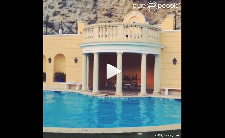Rocco ritchie cascadeur profite de la piscine de sa maison for Quand hiverner sa piscine