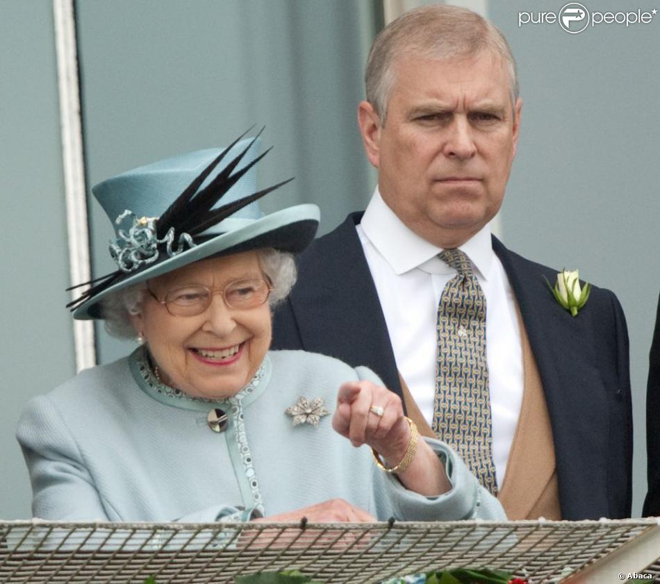 Le prince Andrew avec sa mère la reine Elizabeth II le 1er juin 2013 au derby d'Espom.