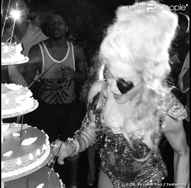Madonna face à son gâteau lors de sa fête d'anniversaire à la Villa Schiffanoia. Villefranche-sur-Mer, le 17 août 2013.