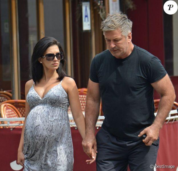 Alec Baldwin et sa femme Hilaria Thomas (enceinte) à New York, le 19 août 2013.