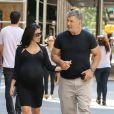 Alec Baldwin et sa femme Hilaria Thomas (enceinte) se promènent main dans la main dans les rues de New York. Le 16 août 2013.