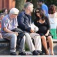 Alec Baldwin et sa femme Hilaria Thomas (enceinte) promènent leur chien dans les rues de New York, le 16 août 2013.