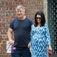 Alec Baldwin et sa femme Hilaria Thomas (enceinte) promènent leurs chiens à New York, le 18 août 2013.