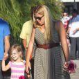 Exclusif - Busy Philipps et son mari Marc Silverstein vont chercher leur fille aînée Birdie à son cours de danse à West Hollywood, le 15 août 2013.