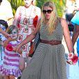 Exclusif - Busy Philipps et son mari Marc Silverstein vont chercher leur fille Birdie à son cours de danse à West Hollywood, le 15 août 2013.