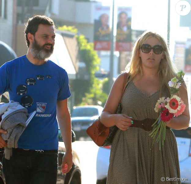 Exclusif - L'actrice Busy Philipps et son mari Marc Silverstein vont chercher leur fille Birdie à son cours de danse à West Hollywood, le 15 août 2013.