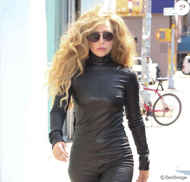 Lady Gaga, tout de noir vêtue avec des lunettes Tom Ford, une combinaison en cuir Mila Schön et des bottines Azzedine Alaïa. New York, le 20août 2013.