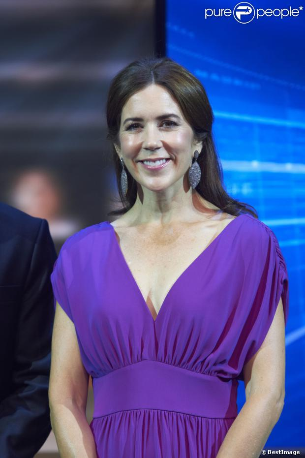 http://static1.purepeople.com/articles/0/12/71/90/@/1222584-la-princesse-mary-de-danemark-arrive-au-620x0-1.jpg