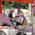 Robin Thicke sur la plage avec son fils Julian à Miami, le 29 août 2013.