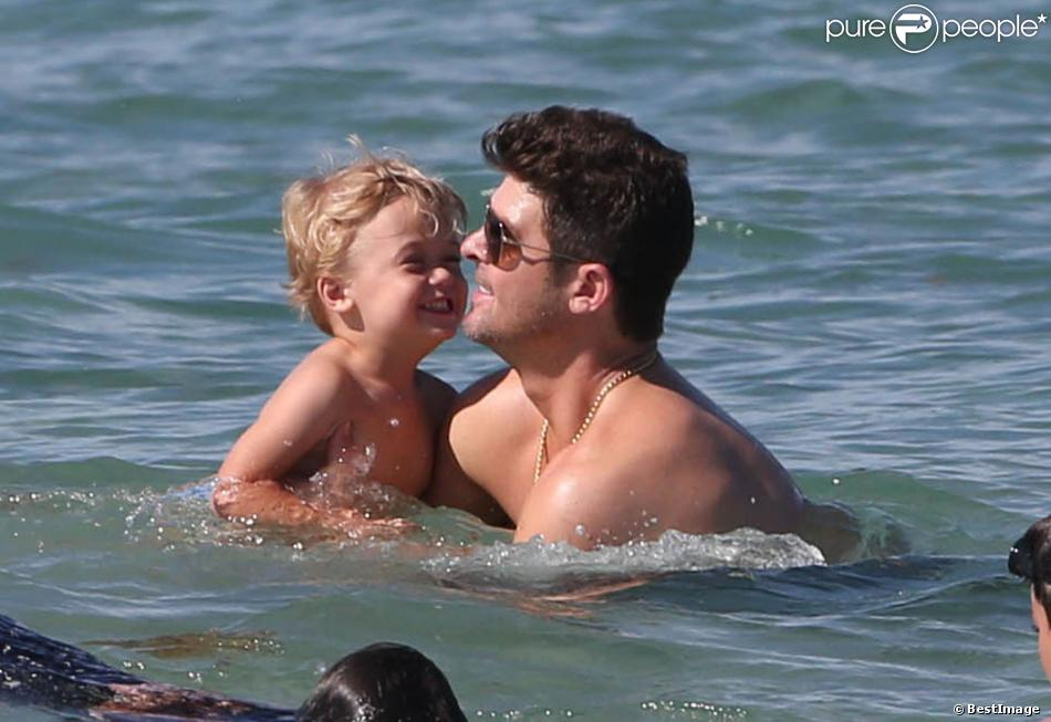 Robin Thicke, sa femme Paula Patton, et leur fils Julian, en vacances à Miami, le 28 août 2013.