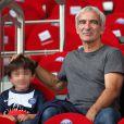 Raymond Domenech affectif avec son fils lors de la rencontre de Ligue 1 entre le PSG et Guingamp (2-0), au Parc des Princes, le 31 août 2013.