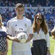 La nouvelle recrue du Real Madrid Gareth Bale, avec sa femmeEmma Rhys-Joneslors de sa présentation dans son nouveau club au stade Santiago Bernabeu à Madrid le 2 septembre 2013.