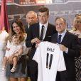 Gareth Bale avec sa femmeEmma Rhys-Jones et leur fille Alba, le president du Real Madrid Florentino Perez, ses parents et de nombreux proches, lors de sa présentation à Madrid le 2 septembre 2013.