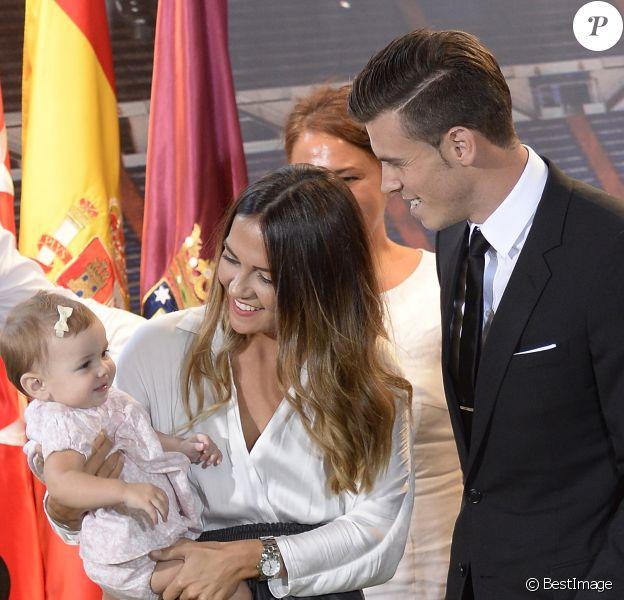 Emma Rhys Jones, la femme de Gareth Bale, et leur fille Alba, lors de la présentation du joueur au Real Madrid le 2 septembre 2013.