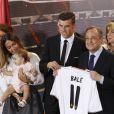 Gareth Bale avec sa femmeEmma Rhys-Jones et leur fille Alba, et le president du Real Madrid Florentino Perez lors de sa présentation à Madrid le 2 septembre 2013.