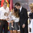 Emma Rhys-Jones, la femme de Gareth Bale, et leur fille Alba, lors de la présentation du joueur au Real Madrid le 2 septembre 2013.