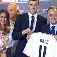 Gareth Bale avec sa famille lors de sa présentation en tant que nouveau joueur du Real Madrid le 2 septembre 2013.